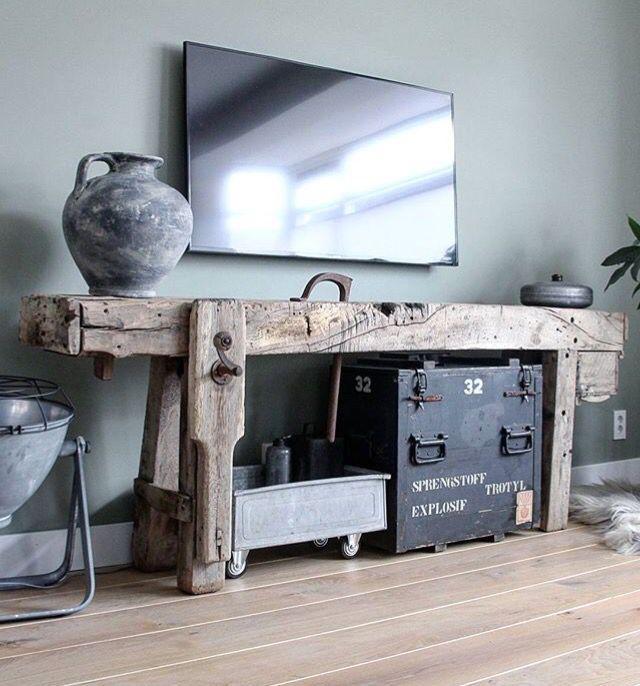 Tv in hoek keldermuur met vintage werkbank en zitbank (zie andere foto)