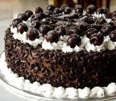 Σας παρουσιάζουμε τη συνταγή από μια τούρτα πειρασμό! Αρέσει στους περισσότερους και θα εντυπωσιάσει και αισθητικά αλλά και σαν γεύση τους καλεσμένους σας! Ιδού λοιπόν η τούρτα Black forest!