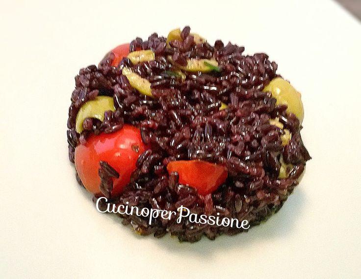 Riso venere con olive e pomodorini