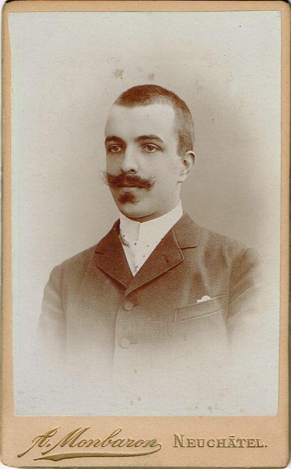 Hochgeschlossener Herrenanzug oder Gehrock. kombiniert in diesem Falle mit einer gepunkteten Krawatte und einem Stehkragen. Um 1910-14, Aufnahme A. Monbaron, rue de l'Hôtel, Neuchâtel.