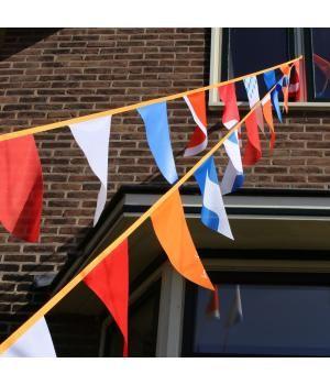 De shirtBAG outdoor vlaggenlijn rood wit blauw oranje is gemaakt van misdrukken van bedrijfsvlaggen. De slinger is daardoor geschikt voor buitengebruik tijdens bijvoorbeeld Koningsdag of langdurig buiten hangen tijdens een EK of WK voetbal. Door het ...