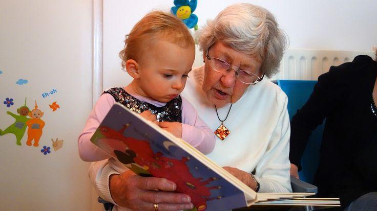Přečetl, Babička, Vnouče, Dítě, Kniha, Čtení, Děvče