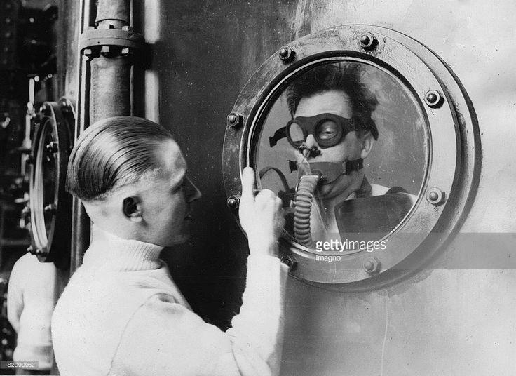 Crew member with a breathing apparatus locked up into an area which was flooded with water, Portsmouth, England, Photograph, 18,5,1934 (Photo by Imagno/Getty Images) [?bungen f?r ein U-Boot-Ungl?ck: Crew-Mitglied mit einem Atmungsapparat in einen Raum eingesperrt, der mit Wasser geflutet wurde, Portsmouth, England, Photographie, 18,5,1934]