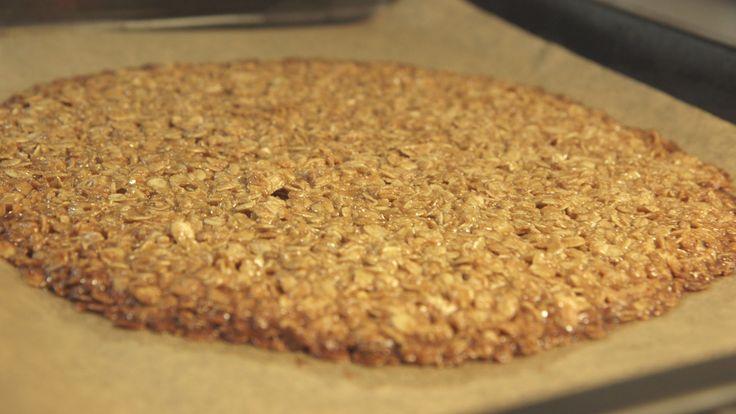 Opskrift på en nem og billig havregrynssnack til den søde tand, lavet af ting, som de fleste har derhjemme. Opskriften stammer fra programmet Spis og spar. Opskrift af Jesper Vollmer.