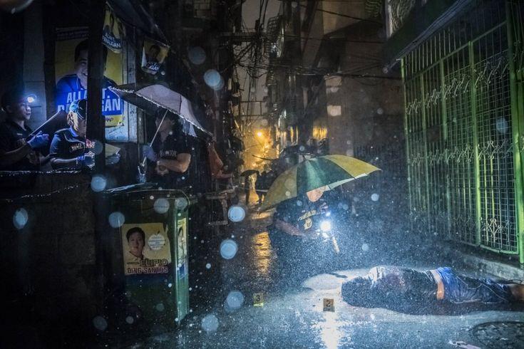 Miembros de la policía de Manila inspeccionan el cuerpo de Romeo Torres Fontanilla, asesinado a tiros por dos desconocidos en el distrito de Pasay, en Manila (Filipinas). Daniel Berehulak ha sido galardonada con el premio Pulitzer 2017 en la categoría de 'Breaking News Photography'. Sus fotografías documentan la represión asesina contra las drogas en Filipinas.