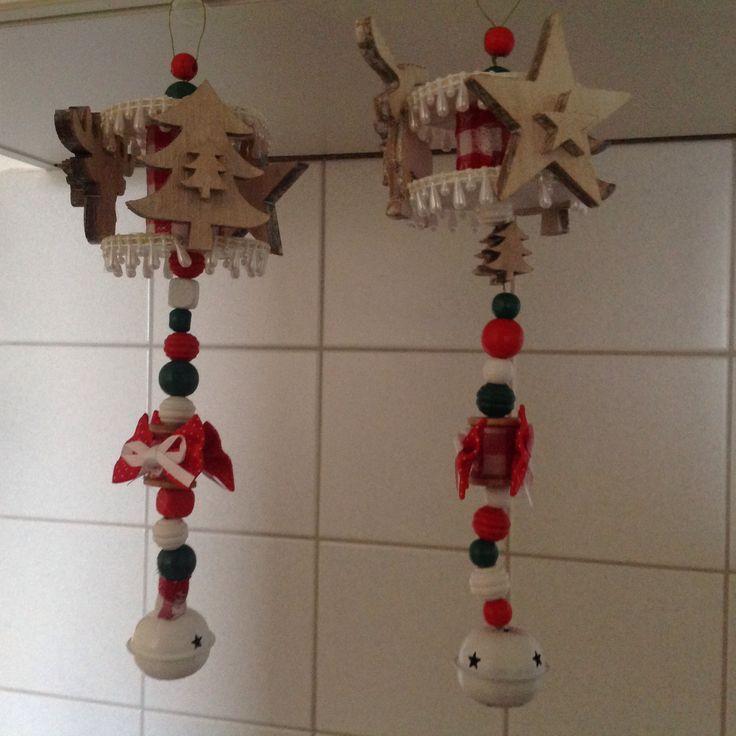 Ook deze zijn zelf gemaakt hiervoor heb ik gebruikt klossen, kralen, draad, strikjes, kerstornamenten van hout, stof en witte draad pegels en bellen.