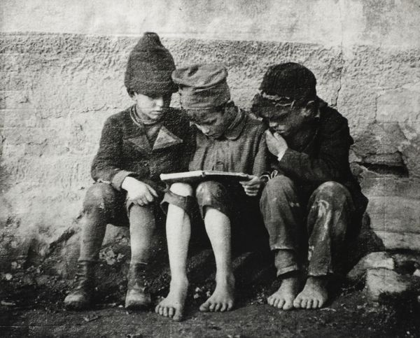 """André KERTÉSZ (1894-1985) """"Olvasók"""" Esztergom, 1915"""
