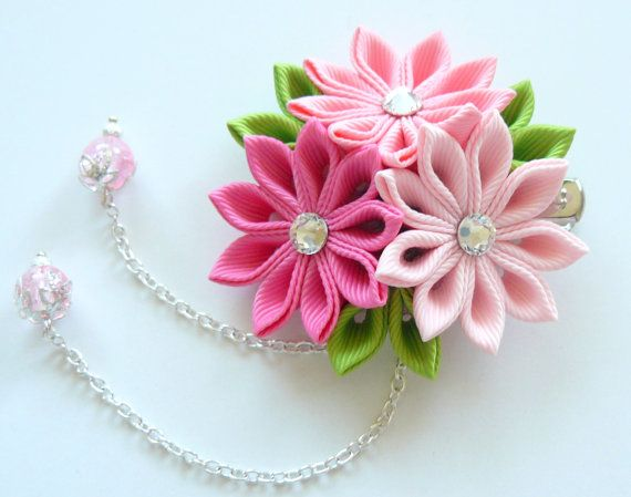 Kanzashi fabric flower hair clip. Shades of pink. por JuLVa en Etsy, $13.50