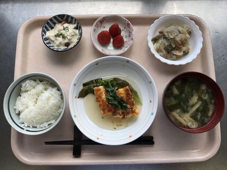 5月17日。千草焼きのあんかけ、豚肉と野菜の華風炒め、トマトのツナソース、小松菜の味噌汁、苺でした!千草焼きのあんかけが特に美味しかったです!607カロリー