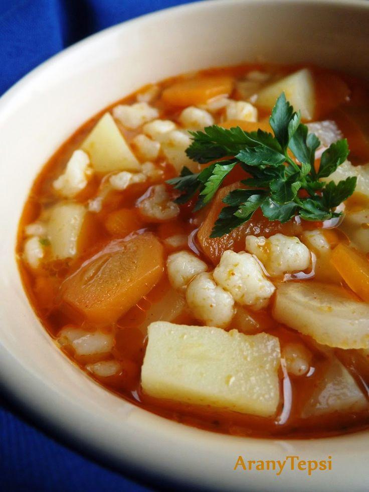 Ma tésztanap van. Mind az első és mind a második fogás is tartalmaz tésztát. Ez egy egyszerű, sok zöldséges, reszelt tarhonya leves. Mert fi...