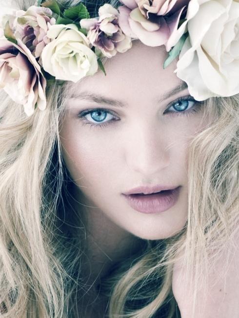 image of Allentato Acconciatura riccia con corona di fiori ♥ Acconciatura sposa semplice e naturale