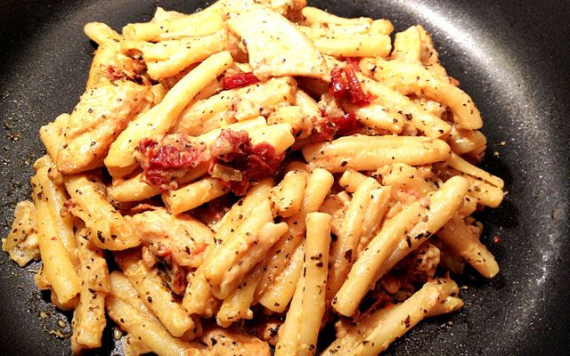 Pasta met Zongedroogde Tomaat, mozzarella  & Kip