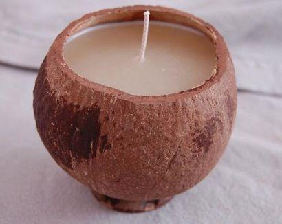 """""""-une petite noix de coco vide, coupée en 2  -200g de cire de colza  - 20g de monoï  - 10g de fragrance Monoï  Un instant de bonheur!!!   la recette complète sur RecettesAroma http://recettesaroma.wordpress.com/2011/03/02/comment-realiser-ses-propres-bougies-2/"""