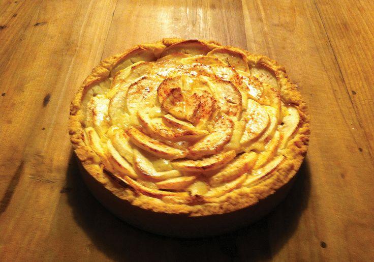 Dit heb je nodig 250 g zelfrijzend bakmeel 250 g suiker 150 g boter 2 eieren 1 citroen snufje zout 1 vanillestokje 325 g mascarpone 100 g bloem 5 appels kaneelpoeder 100 g abrikozenjam 3 el water Z...