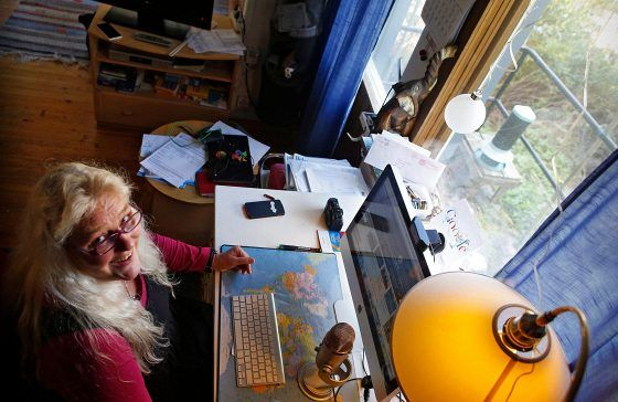 Yksinyrittäjän toimisto on olohuoneen ikkunan ääressä.