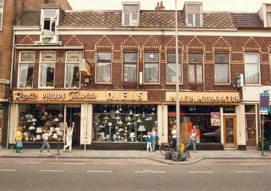 Gezicht op de voorgevels van de panden Amsterdamsestraatweg 235-237 te Utrecht.ca 1983