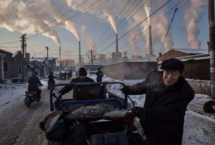 Kevin Frayer, Canada, 2015, Getty Images, China's Coal Addiction    Życie w okolicach elektrowni węglowej w Chińskim Shanxi wykonane 26 listopada 2015 zdobyło 1. Nagrodę w kategorii Daily Life.