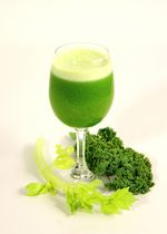 Lúgosító zöld ital - Hozzávalók:      3-4 zellerszár     2 nagy levél leveles kel     2 alma