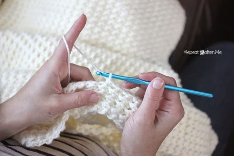 A crochet stitch that gives you texture. Use it for a baby blanket. Free pattern by Repeat Crafter Me