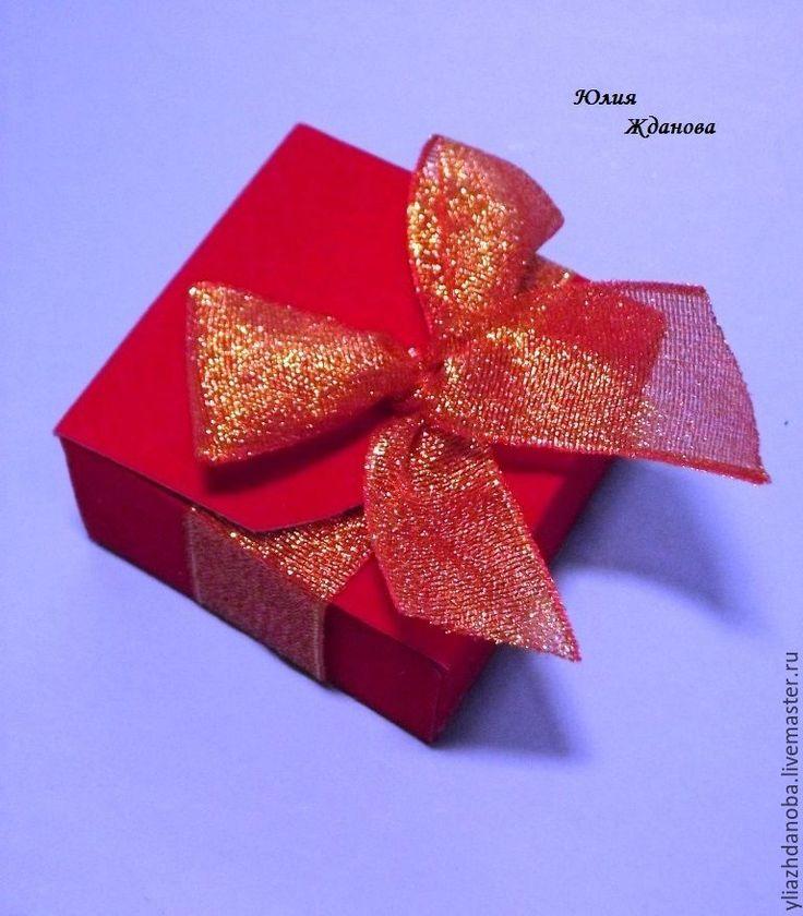 Подарочная коробочка за 3 минуты — думаете, это не реально? А вот и реально! Очень часто бывает так, что надо преподнести небольшой сувенир, а подходящей упаковки нет под рукой. Вот и у меня получилось так же: для праздничного торжества, на веселую викторину, попросили сделать мыло, в оранжевом цвете, мыло готово, а упаковки нет, не дарить же его просто в бумажку завернутое, вот тут и родилась идея этой коробочки.