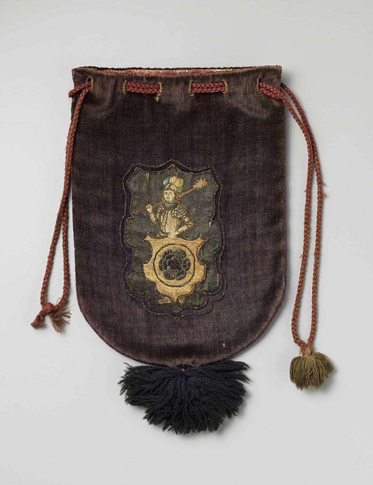 Buidel van paars fluweel, aan de voorzijde met zijde en zilverdraad het gemeentewapen van Schagen geappliqueerd, voorzien van wollen trekkoord en dito kwast, anoniem, 1600