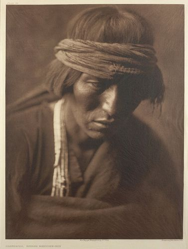 Sabiduría ancestral olvidada por el mundo moderno. Absurda paradoja. Hastobíga, Navaho Medicine-man by Smithsonian Institution, via Flickr