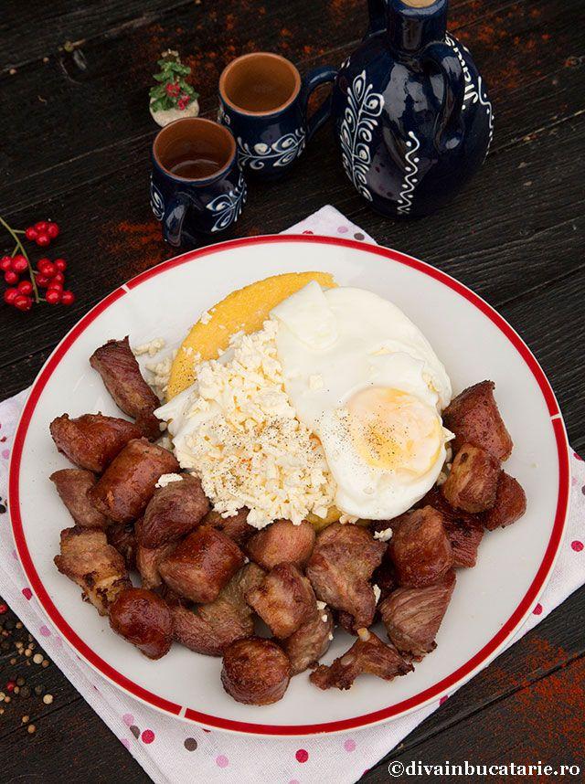 Tochitura de porc, pregatita ca in Bucovina, o reteta simpla, gustoasa si usor de pregatit, este recomandarea mea pentru pranz.