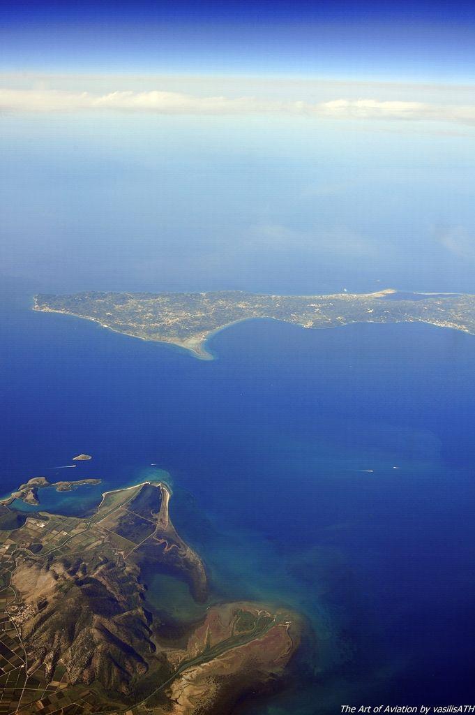 Πετώντας με τα φτερά της AEGEAN πάνω από την Θεσπρωτία. Η ματιά μας στο γαλάζιο του Ιονίου φθάνει μέχρι την νότια Κέρκυρα.