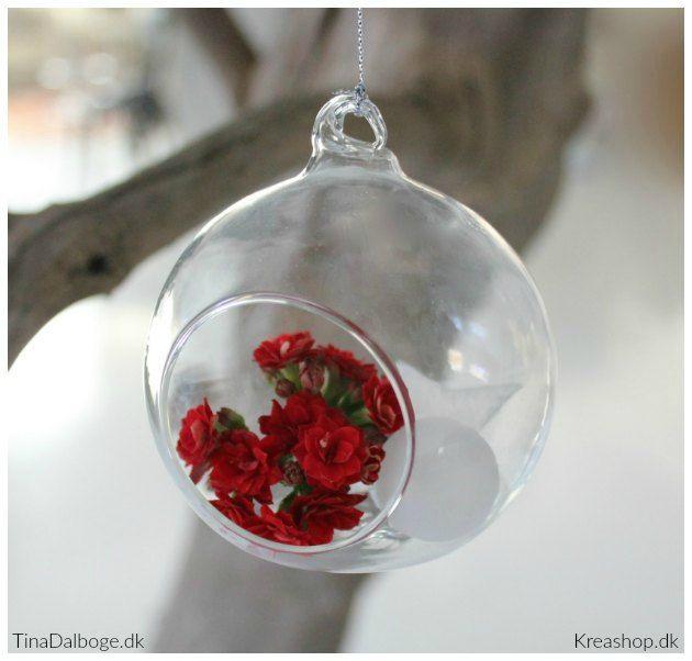 Hyggeligt julepynt: glaskugler pyntet med blomster, mini-glaskugler og stjerner
