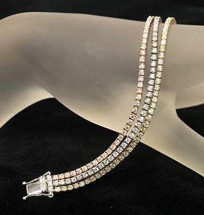 Exclusieve 3 5.26ct rij Diamond Bracelet - 240 Natural Diamonds - lengte 1750 cm.  Een exclusieve Designer Diamond Bracelet met 3 rijen.14K witgoud geel goud en roze goud Hallmarked.Gewicht: 18 2gr.Lengte 1750 cm.Officiële IGI certificaat is opgenomen. 'Nooit kopen juwelen zonder officiële certificaat'.Aantal Natural Diamonds: 240Vorm en gesneden; Ronde briljante CutDuidelijkheid: SI1 en SI2Kleur: G-HTotale Karaatgewicht: 526 ct.Goed geluk met uw biedingen.Verzending geschiedt door FedEx…