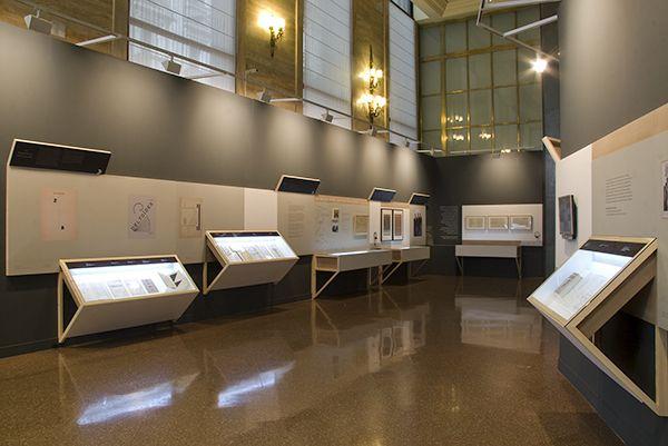 Materiales y formas simples que sirven como transición entre la opulencia del espacio y la parquedad de la obra.