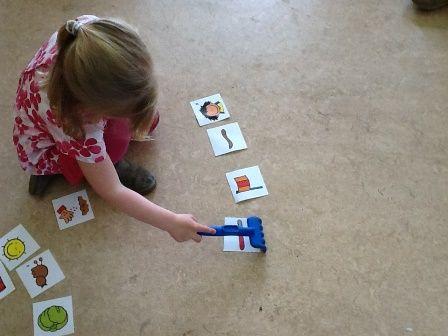 Woorden harken. Spreek een woord uit en laat kind het bijbehorende plaatje harken.