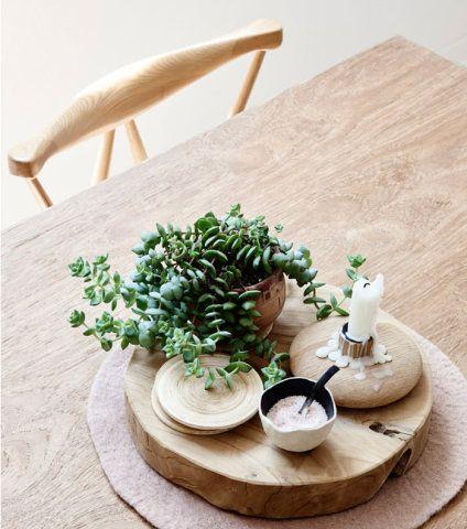 Neste ambiente de base branca, a madeira se destaca, assim como o tapete aconchegante – e tudo lembra o chiquérrimo design escandinavo