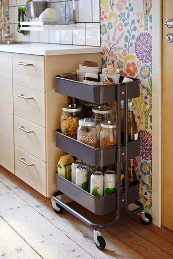 深いトレイが3段に分かれているサイドワゴンは、キッチンの収納としての使い勝手が抜群です! よく使う調味料や食材をまとめて置いておけば、お料理の時に出し入れする手間が省けます。