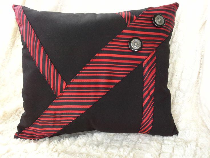Coussin Décoratifs - Cravate Recyclé- Oreiller-Rouge -Noir-Boutons de la boutique LesTresorsDeMaryse sur Etsy