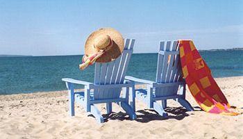 immagine di sedie a sdraio sulla spiaggia