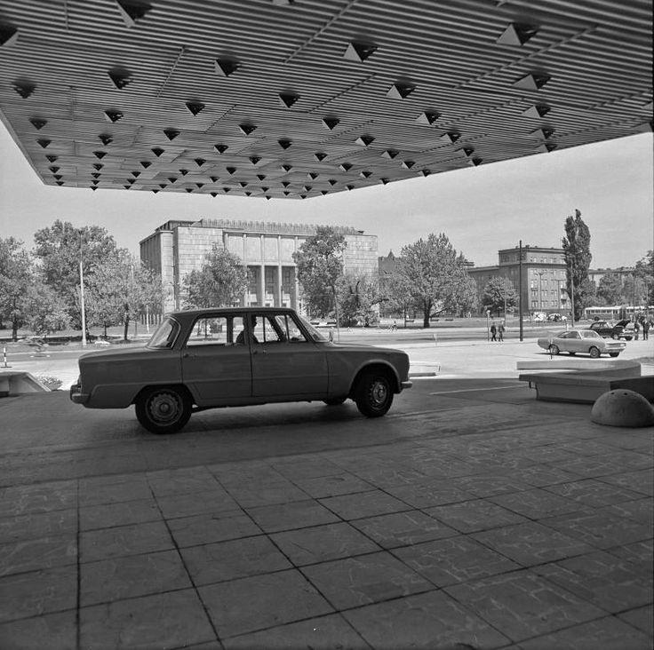Kraków - widok z wejścia do hotelu Cracovia w stronę gmachu głównego Muzeum Narodowego. Fot. Henryk Hermanowicz (1966-1967)