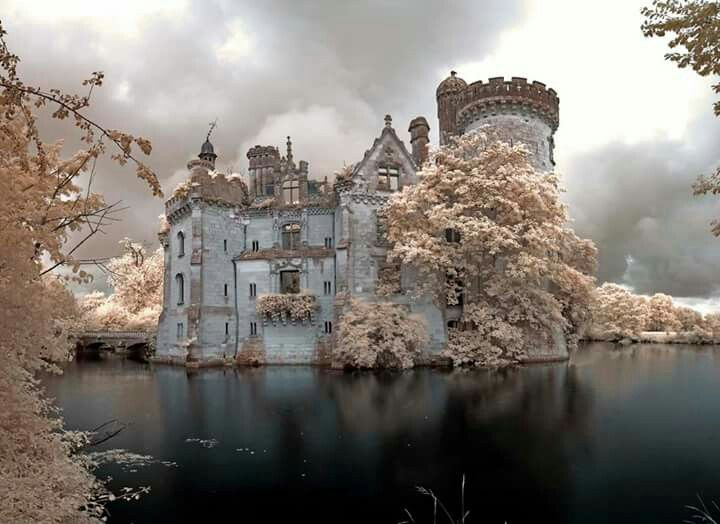 Chateau de la Mothe-Chandeniers in France! by John Pilkington; https://www.flickr.com/photos/infraredd/