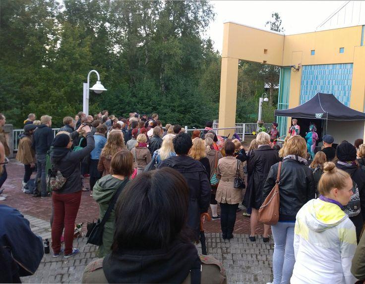 Naisbändi Impivaara esiintyi taidemuseon takapihalla. Oulu (Finland)
