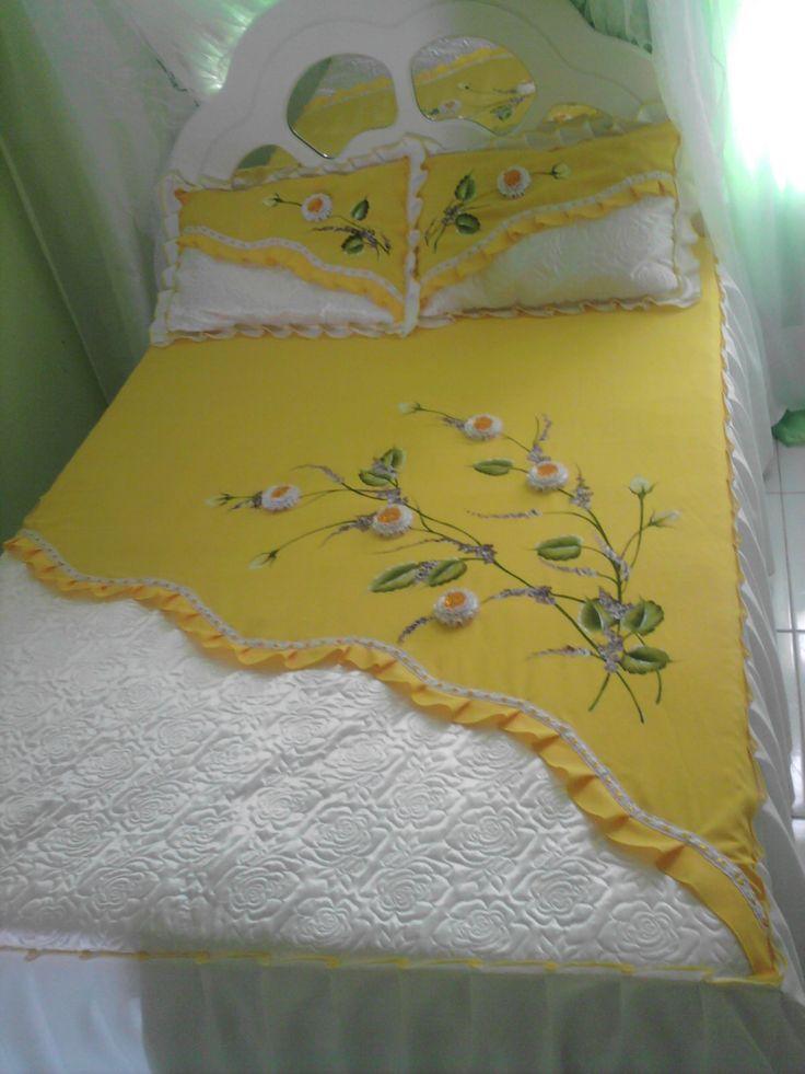 Ateliê As Marias: Colcha com barra de cetim bordado e flores de fita