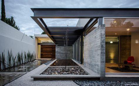 """Construído na 2015 na Aguascalientes, México. Imagens do Oscar Hernández. """"La Herradura"""" é um conjunto residencial dos anos 60 na cidade de Aguascalientes, com edifícios em sua maioria superiores a 1000 m², próximo ao rio..."""