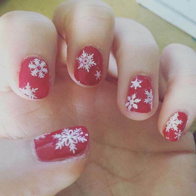 冬の赤ネイル  #ポリッシュ#セルフネイル #赤ネイル#雪ネイル #ショートネイル #短い爪ネイル #ネイルシール #冬ネイル