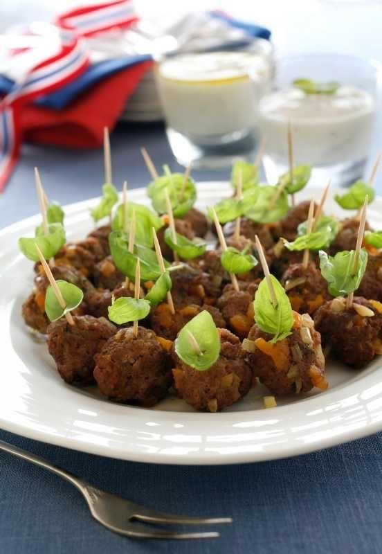 Kjøttboller er et alltid like populært innslag på koldtbordet. Her er oppskrift på noen kjøttboller med eksotiske smaker som koriander, gurkemeie og tørket aprikos. Med myntesaus og hvitløksaus smaker de helt fantastisk og bør prøves!