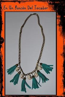 Collar con calaveras y pompones para Halloween    Necklace with skulls and pompoms for Halloween