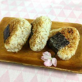 Connaissez-vous les Yaki Onigiri ? Ce sont des boulettes de riz grillées en forme de triangle provenant directement du Japon . Pour cette recette, les onigiris sont parfumés au sésame torréfié et à la sauce soja . #japon #onigiri #food #japanfood #aperitif #miam #sansoeuf #vegetarien #homemade #foodporn #foodshare #cookinlulu #vegetarian #veggie #foodblog #foodphoto #faitmaison #vegetalien #vegan #veganfood #veganfoodshare