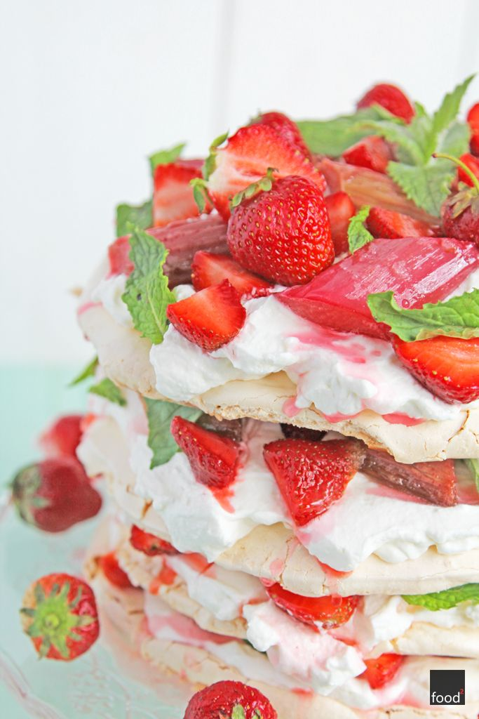Meringue cake with rhubarb, strawberries an mint