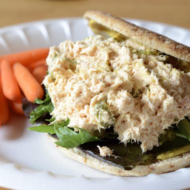 Salmon Salad -- Más sano si cambiamos la mayonesa por yogur o queso cotagge!!