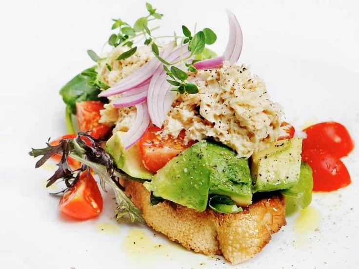 Bruschetta er et italiensk smørbrød vi kan ha klare formeninger om hvordan skal fremstå, hvilke faste ingredienser som hører med. Så er det likevel ikke så mange faste ingredienser, bortsett fra ristet landbrød, olivenolje og en anelse hvitløk. Denne er med to hovedingredienser: avokado og tunfisk.Kilde: Adresseavisen