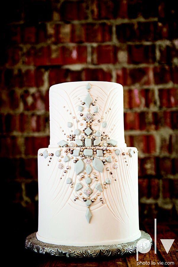 Gâteau de mariage blanc orné de pierreries