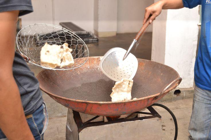 Kerupuk Mares (mlarat) khas Cirebon digoreng pake pasir.